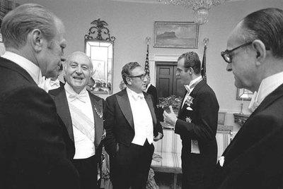 De izquierda a derecha, el presidente Ford, José María de Areilza, Henry Kissinger y don Juan Carlos conversan en la Casa Blanca en 1976, bajo la mirada del embajador Wells Stabler. / CORTESÍA DE GALAXIA GUTENBERG / CÍRCULO DE LECTORES