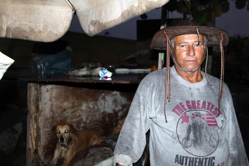 Unsere letzte krasse Begegnung: Dieser Mann wohnt als letzter Verbliebener auf dem Gelände, auf dem früher seine Favela stand. Mit drei Hunden lebt er in vier Holzbrettern.