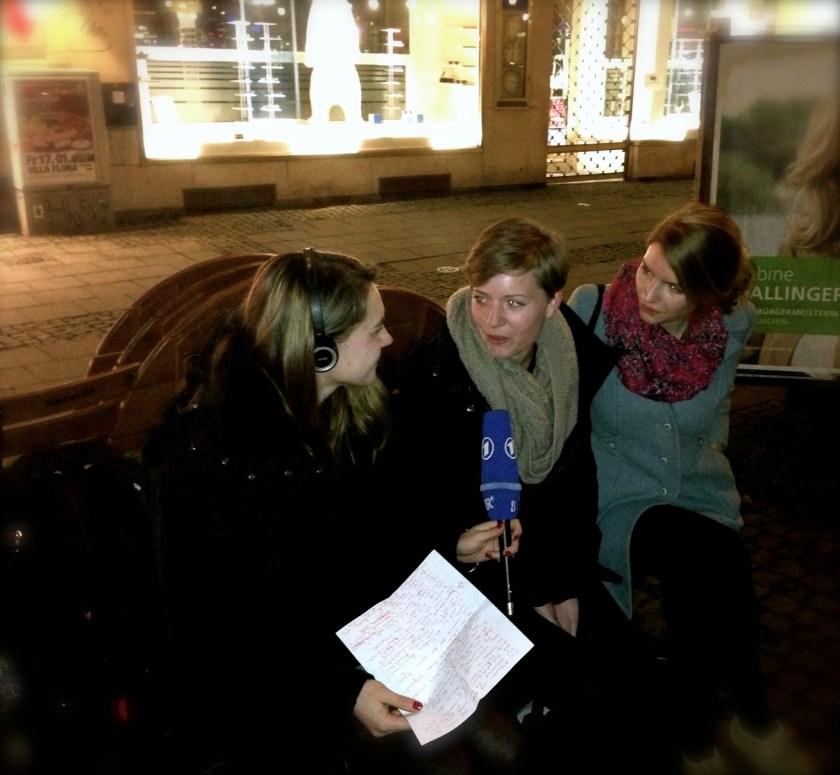 Journalistin Pauline Tillmann befragt uns nachts am Münchner Gärtnerplatz dazu, wie es mit Crowdspondent weitergeht. Danke fürs Fotografieren, netter Passant!