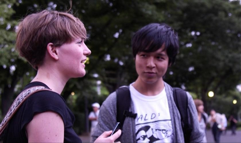 Steffi stellt Interviewfragen an Daikichi mit Hilfe eines Übersetzers (Japanisch-Englisch).