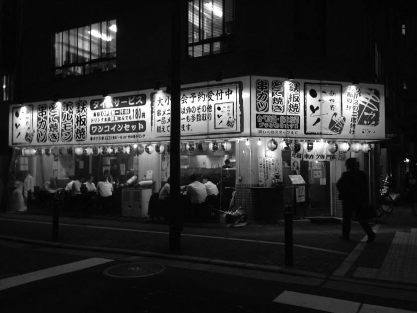 Ein Izakaya von außen (allerdings eines ohne Sichtschutz)
