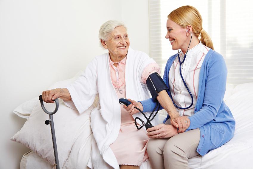 Krankenschwester misst den Blutdruck bei Senioren im Pflegeheim