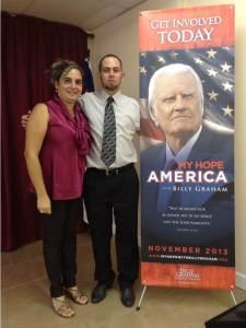Junto a poster de campaña nacional anunciada en noviembre por Billy Graham