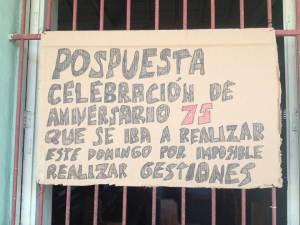 Cartel que en el momento de la publicación de este post está colocado en el portal del templo anunciando la posposición de la celebración del Aniversario 75 de la iglesia como consecuencia de la reclusión domiciliaria extrajudicial impuesta al pastor