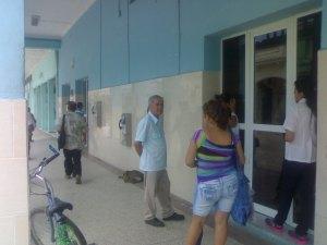 En el centro de la foto un anciano de Camajuaní conocido como ¨el soviet ¨, usado por el régimen para vigilar a otros y participar en actos de repudio.