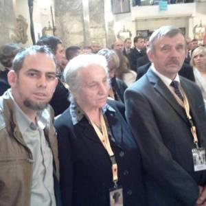 Junto a los hermanos de Popieluszko en la iglesia