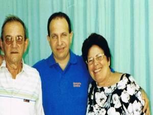 Rolando Sarraf Trujillo en compañía de sus padres