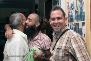 Foto que me fuera tomada y obsequiada con motivo del quinto aniversario de mi blog por la artista y fotógrafo profesional Gracia Bennish, presidente de la Ong Unidos por los Derechos Humanos. Detrás de mí el músico David de omni en uno de sus intensos abrazos a otro amigo.