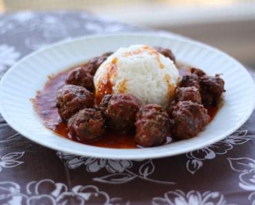 le plat final de keftedakia dans l assiette avec sauce et riz