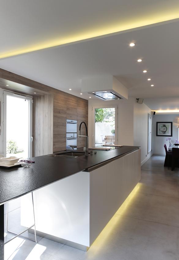 Que la lumi re soit en cuisine cuisines et bains for Spot design plafond