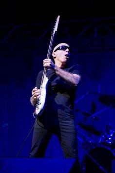 guitarra em pé durante apresentação de joe satriani em porto alegre