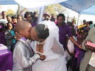 Mujer de 62 años se Casa con niño de 9