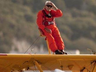 Tom Lackey sobrevuela Gibraltar a los 96 Años