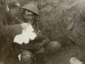 """Un soldado con síndrome de """"shell-shock"""" (Síndrome de fatiga de combate) en una trinchera durante la Batalla de Courcelette a mitades de Septiembre de 1916. El síndrome de """"shell-shock"""" era la reacción que tomaban los soldados en la II Guerra Mundial por el trauma de batalla. Ha sido descrita como la reacción frente a la intensidad del bombardeo y lucha que se deriva en una ineficacia expresada como pánico, evasión, inhabilidad para razonar, dormir, caminar o hablar. """"En pocas palabras, incluso hasta el soldado más obediente podía estar enfrentándose a una lluvia de proyectiles y no se inmutaba, no demostraba ningún tipo de intención por pelear de vuelta, algunos perdían todo el control sobre sí mismos""""."""