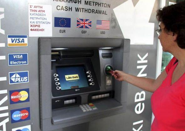 CHIPRE ECONOMÍA AYUDA EUROGRUPO:CYP104 NICOSIA (CHIPRE), 25/6/2012.- Una mujer saca dinero de un cajero automático, en Nicosia, Chipre, el lunes 25 de junio de 2012. El Gobierno de Chipre ha anunciado hoy su decisión de solicitar formalmente al Eurogrupo ayuda financiera para su sector bancario, alegando su fuerte exposición a la crisis griega. EFE/Katia Christodoulou