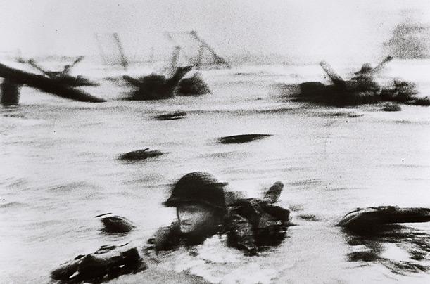 """""""Ziua cea mai lungă"""" - Debarcarea din Normandia (iunie 1954), fotografiată de Robert Capa"""