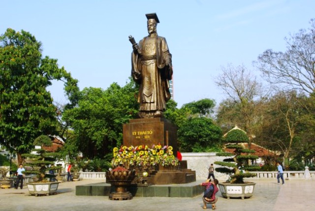Ly Thai To Statue Park in Hanoi