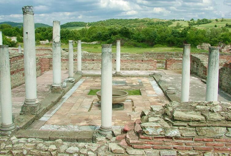 Remains_of_the_4th-century_Felix_Romuliana_imperial_palace_at_Gamzigrad_(2008)(1)