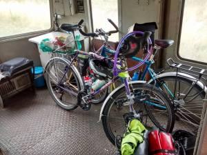 Nos vélos dans le fourgon de l'autorail.