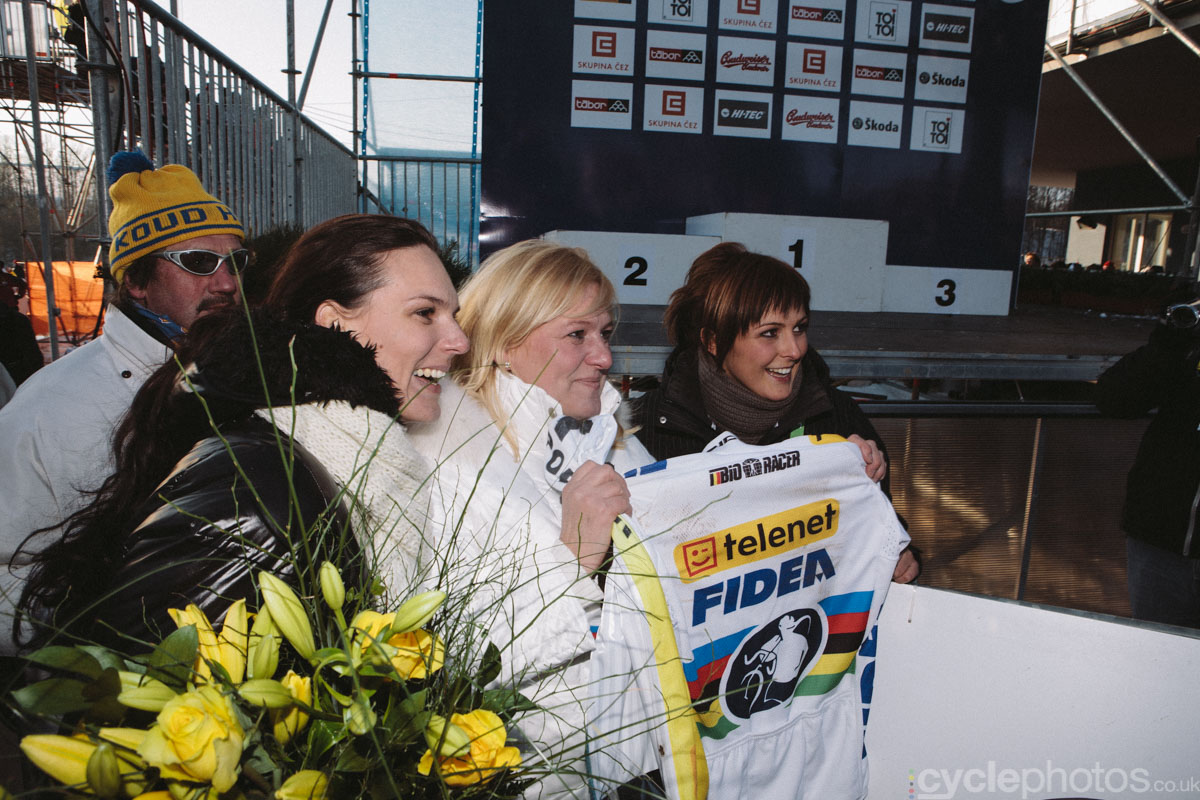 Stybar's sister, mum and then-girlfriend (now wife), Ine pose proudly with the rainbow jersey.