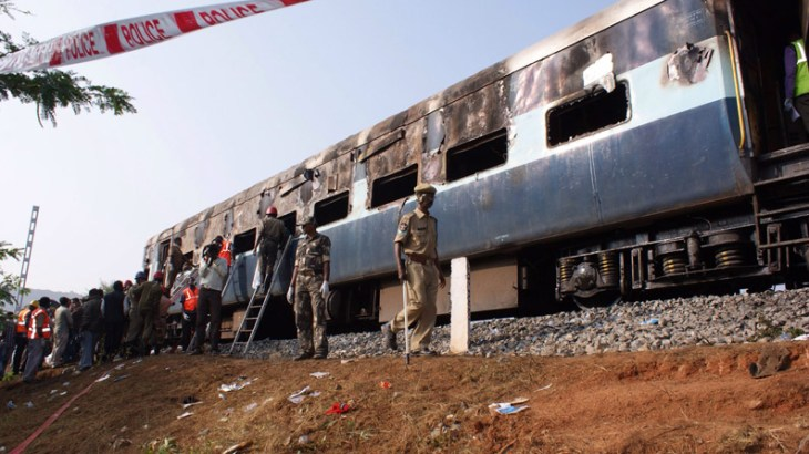 Train rams school bus in southern India, kills 20 (updated)