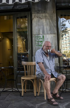 Despite crisis, few Greeks ready to forego coffee (updated)