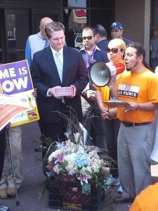 Omar Angel Perez con una representante de Congressita McCarthy