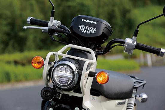 画像: 110と共通の堅牢な雰囲気を際立たせるヘッドライトガード。もちろんヘッドライトはLED。