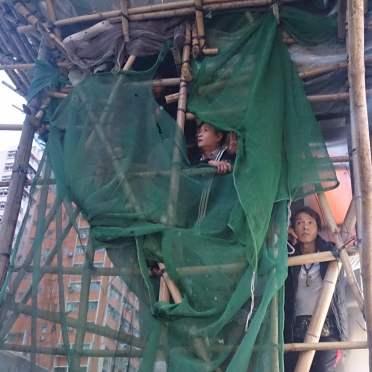 光復元朗中有人爬上棚架睇熱鬧