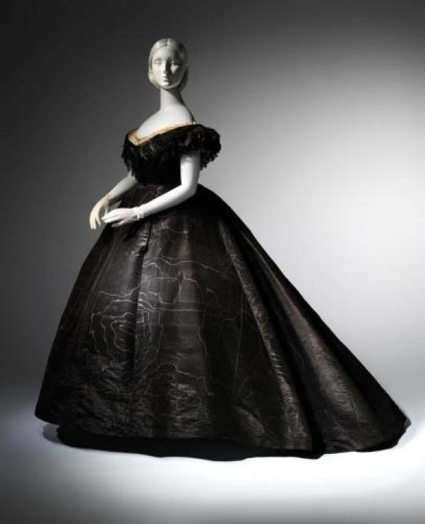 Met-Museum-Death-Becomes-Her-Mourning-Gown-Moire