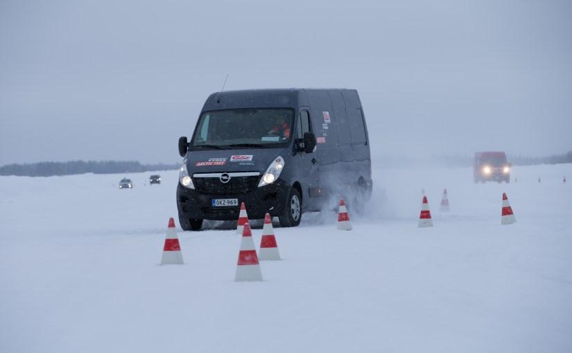 Käsittelykokeita- ja testausta lumi- ja jääpinnoilla.