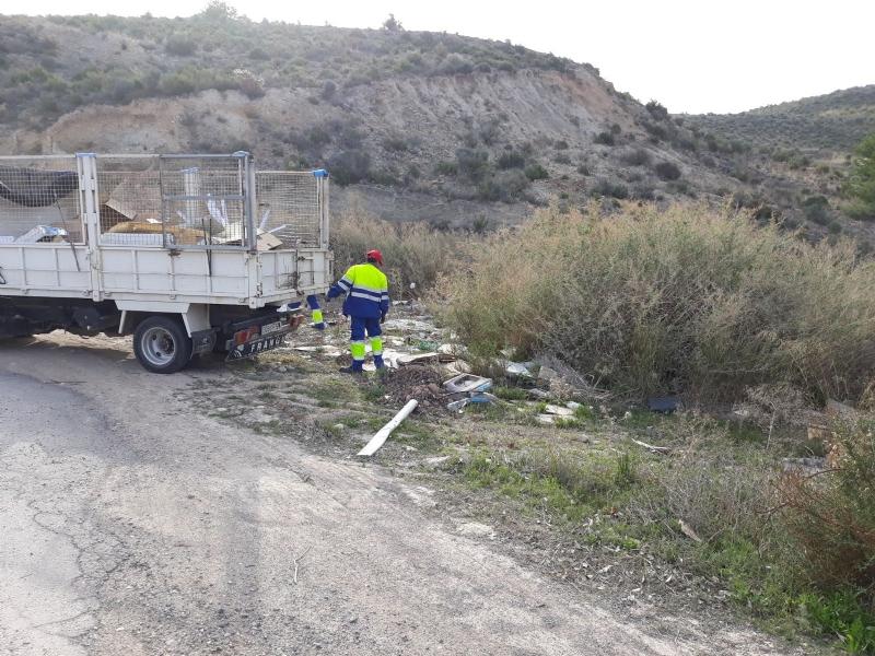 La Concejalía de Obras y Servicios a la Ciudad procede a la limpieza de varios vertederos ilegales de residuos repartidos por diferentes espacios de toda la periferia del municipio