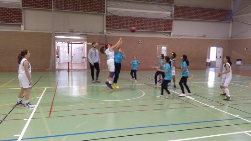 """Los colegios """"La Cruz"""", """"Santiago"""" y """"Tierno Galván"""" participaron en los cuartos de final regionales de Deportes de Equipo, correspondientes al programa de Deporte Escolar, en las categorías benjamín y alevín"""