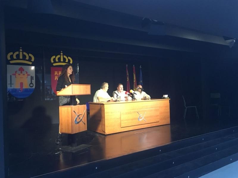 El alcalde asiste al acto de entrega de premios que Cruz Roja otorga a alumnos del IES Juan de la Cierva por sus trabajos de concienciación sobre la realidad de los refugiados