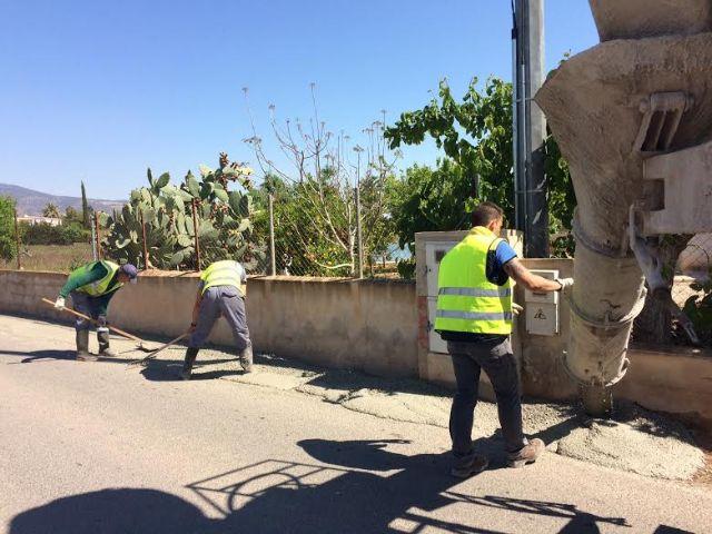 La Concejalía de Servicios a la Ciudad e Infraestructuras realiza trabajos de acondicionamiento de ambos márgenes del Camino del Polideportivo para mejorar la seguridad