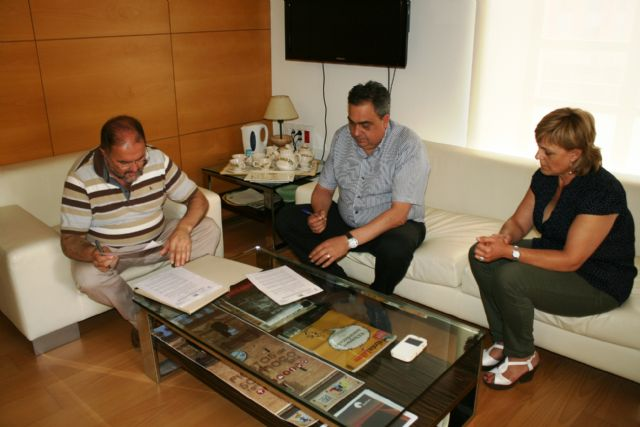 El Ayuntamiento y la Asociación de Comerciantes de Totana suscriben un convenio de colaboración para desarrollar acciones de promoción del comercio local