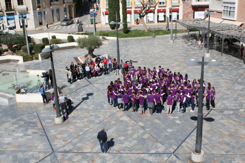 """Los estudiantes """"laten"""" por la Igualdad organizando un corazón humano en la plaza de la Balsa Vieja a través de la actividad de sensibilización """"Latidos con igualdad"""""""