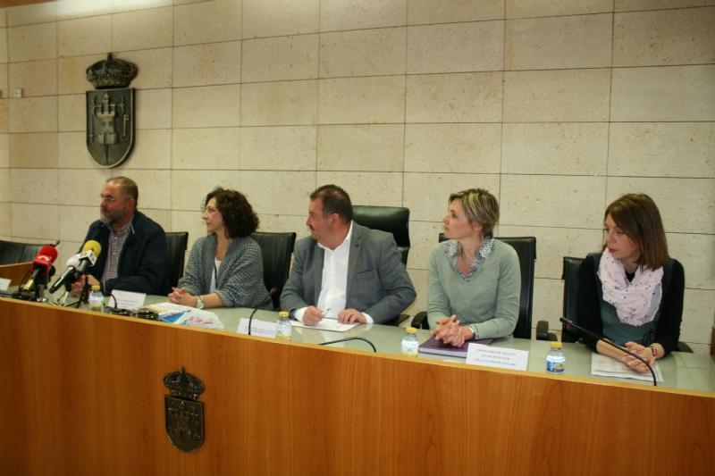 """Autoridades municipales realizan una recepción institucional a la delegación francesa que participa en un intercambio con estudiantes del IES """"Prado Mayor"""" de Totana"""
