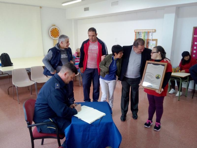 """El Centro de Día para Personas con Discapacidad Intelectual """"José Moyá Trilla"""" recibe la visita del comandante del Escuadrón de Vigilancia Aérea de Sierra Espuña (EVA-13)"""