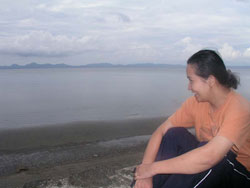 Daisy enjoying the beachfront view of Calauag, Quezon. (davaotoday.com photo by Carlos H. Conde)