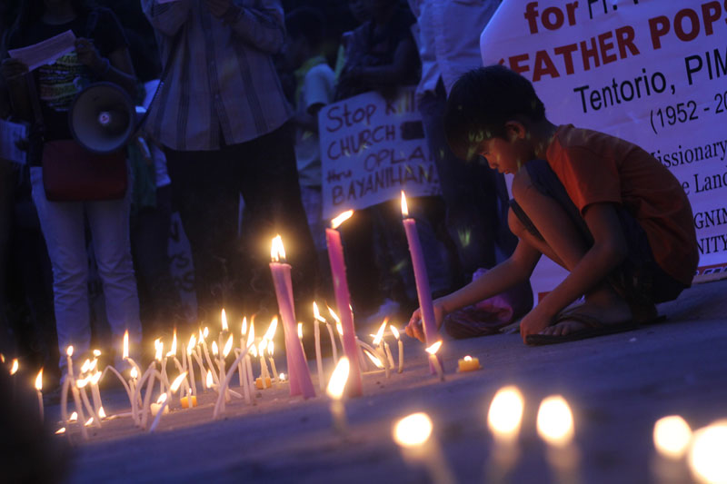 The Justice for Father Pops movement offer candles as they remember their well-loved priest.  (davaotoday.com photo by Ace R. Morandante)