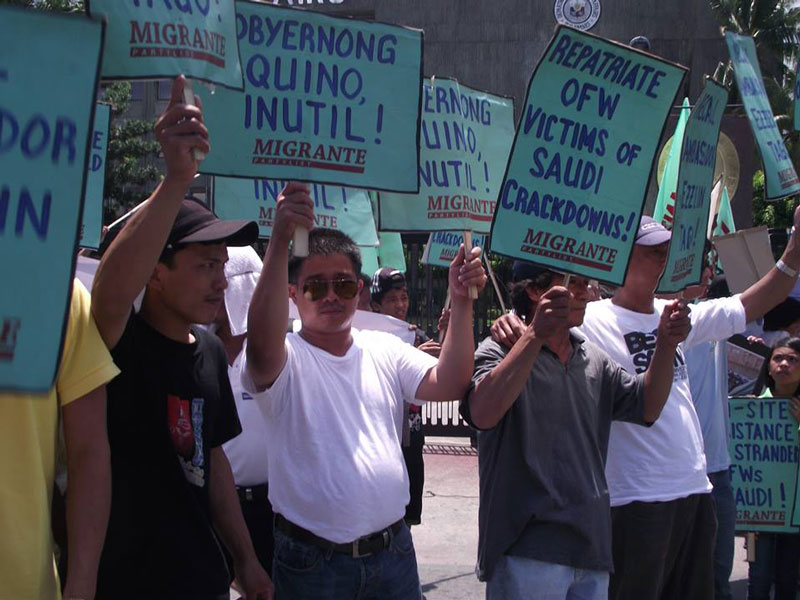 Returned stranded OFWs from Riyadh picket outside the DFA office in Manila last May 21.  (photo from Migrante International's Facebook page)