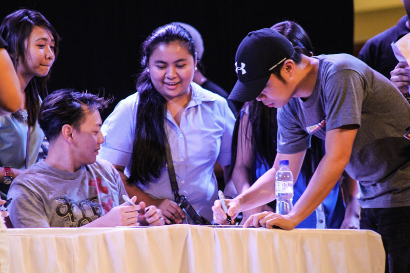 "UP CLOSE.  Fans of novelty pop rockers 'Parokya ni Edgar' (Edgar's Parish) have their CDs signed by their music idols Saturday at the Abreeza Mall in Davao City.  The band jammed with the locals as they played the songs in their ""Inuman Session Vol.2"" album and other original hits.  (davaotoday.com photo by Ace R. Morandante)"