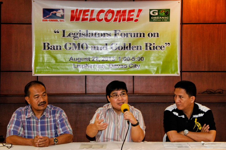 Dr. Chito Medina of farmers support network MASIPAG (left) and Atty. Lee Aurelo of Third World Network (center) call for local and national laws to stop genetic-modified crops in the country for its negative effects on health, income and organic crops.  They were resource persons in a forum last Thursday at Lispher Inn with City Councilors to discuss the banning of GMOs. (davaotoday.com photo by Medel V. Hernani)