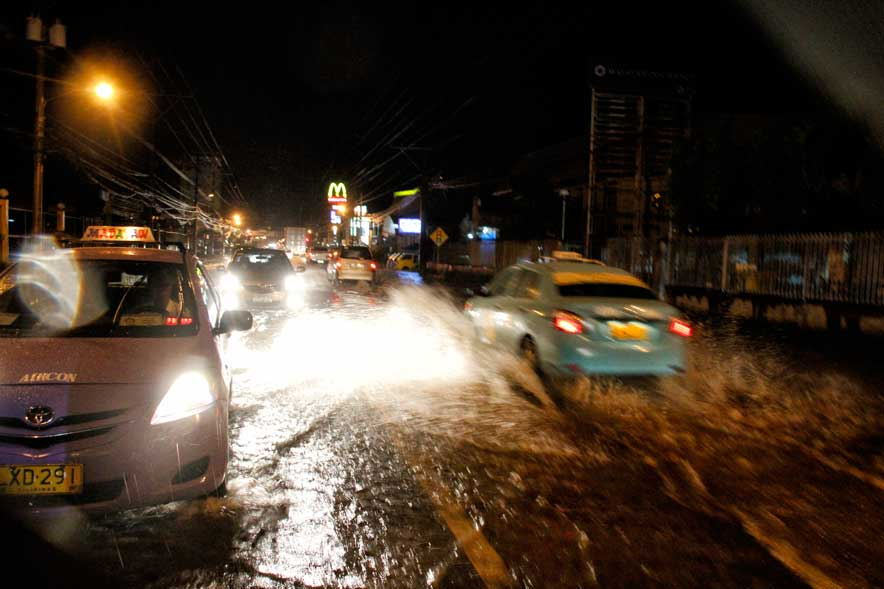 WADING THROUGH FLOOD Few taxicabs and vehicles plied the flood streets such as here in Lanang due to heavy rain Thursday.  With the rainy season coming, citizens are concerned about the city's preparation and repair of canals and drainage system in the urban area. (davaotoday.com photo by Medel V. Hernani)