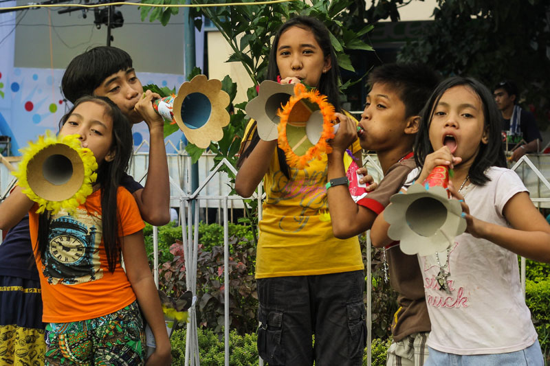PRACTICE FOR TOROTOT FESTIVAL. These kids practice with colorful horns for Davao City's goal for the world record of gathering 10,000 people for the Torotot Festival to welcome the new year. (davaotoday.com photo by Ace R. Morandante)