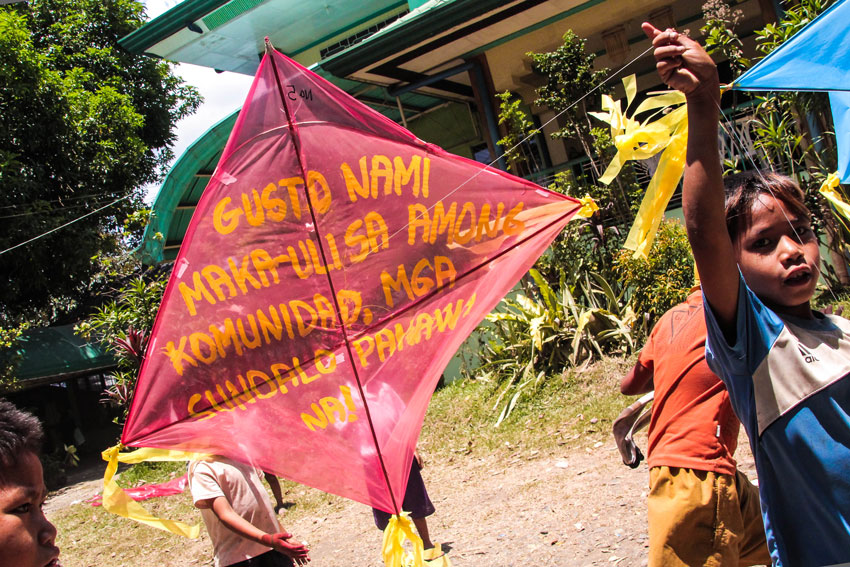 Manobo kids fly kites to demand military pullout in their hometown