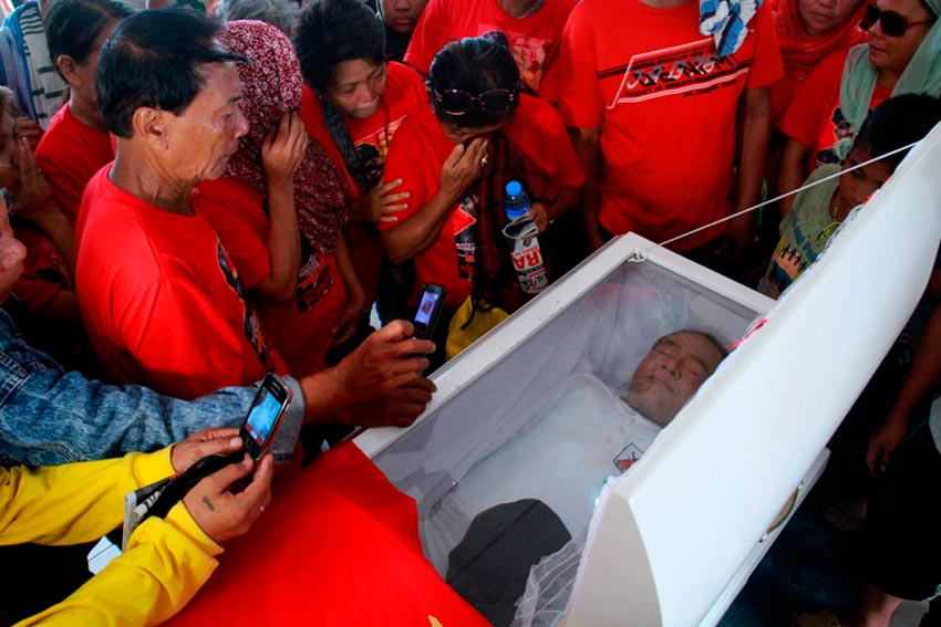 LAST GLIMPSE. Relatives of Leoncio Pitao take a picture of him before he was cremated at the Davao Memorial Park on Friday.(Ace R. Morandante/davaotoday.com)