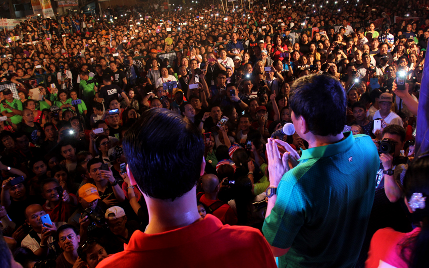 Mayor Rodrigo Duterte addresses the crowd making them laugh at his usual cursing and jokes. (Ace R. Morandante/davaotoday.com)
