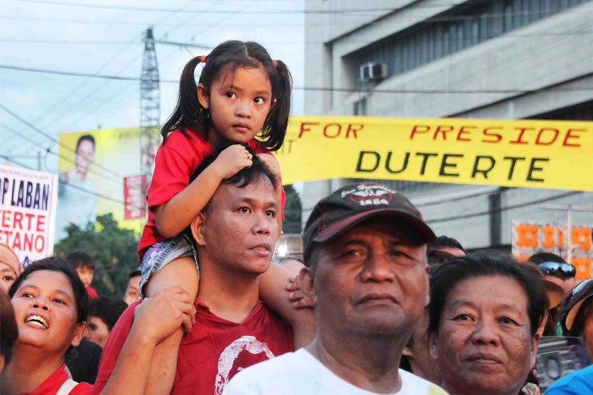 A father brings his daughter and both of them wear Duterte shirts.(Medel V. Hernani/davaotoday.com)
